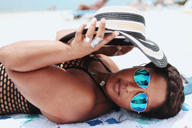 top dc blogger beach photo hat on beach curvy girl